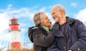 älteres senioren paar gesund und glücklich an der ostsee spazieren natur freizeit